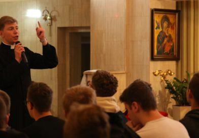 Młodzież a Kościół, miłość, siatkówka i więcej anegdotek z dzieciństwa – wywiad z księdzem-rekolekcjonistą Barnabą Dębickim