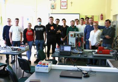 Grupa ucznió z klasy 4 IM1 wraz z osobami prowadzącymi zajęcia